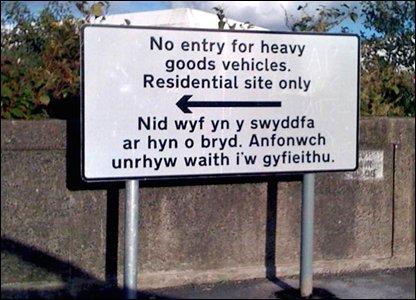 Verkehrsschild in Wales, zweisprachig englisch-walisisch